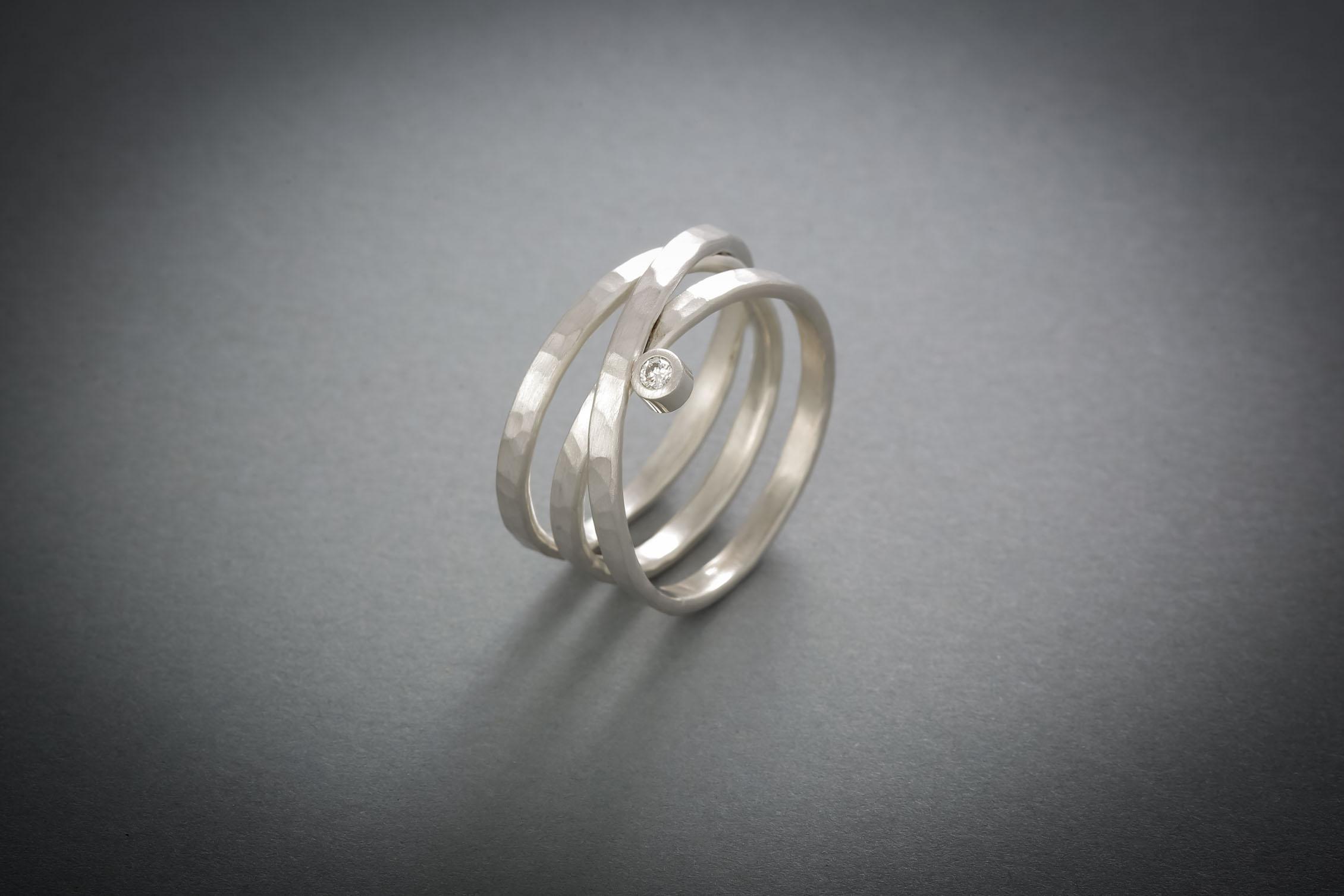 001 Silberring, geschmiedet, Brillant € 228,-