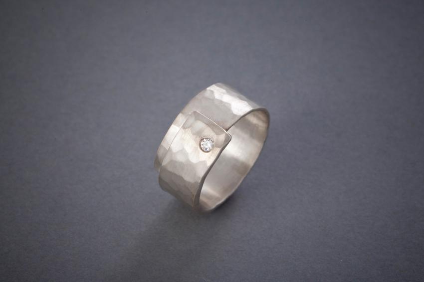 009 Silberring, geschmiedet, Brillant € 212,-