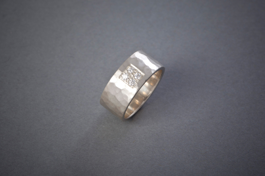 011 Silberring, geschmiedet, Brillantquadrat € 458,-