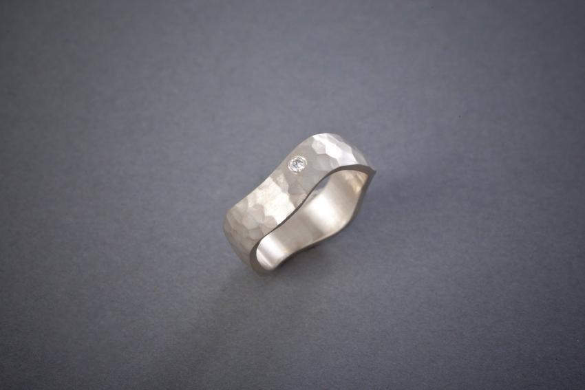 012 Wellenring, Silber, geschmiedet, Brillant € 288,-