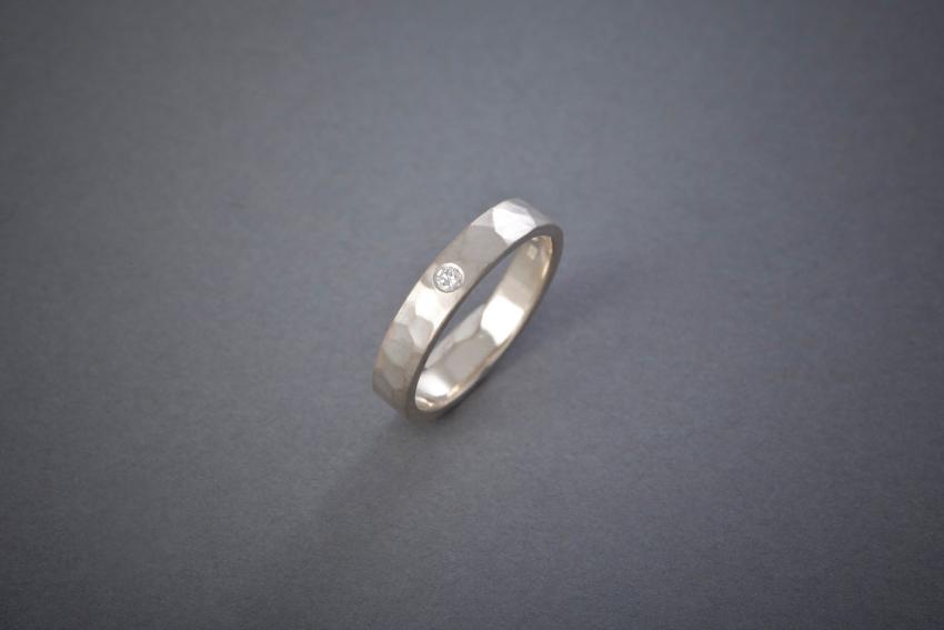 013 Silberring, geschmiedet, Brillant € 192,-