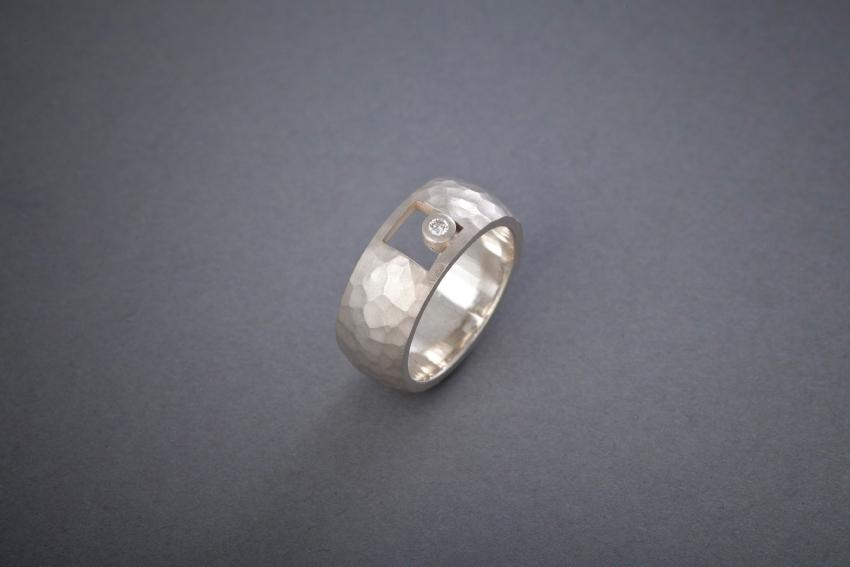 014 Silberring, geschmiedet, Brillant € 292,-