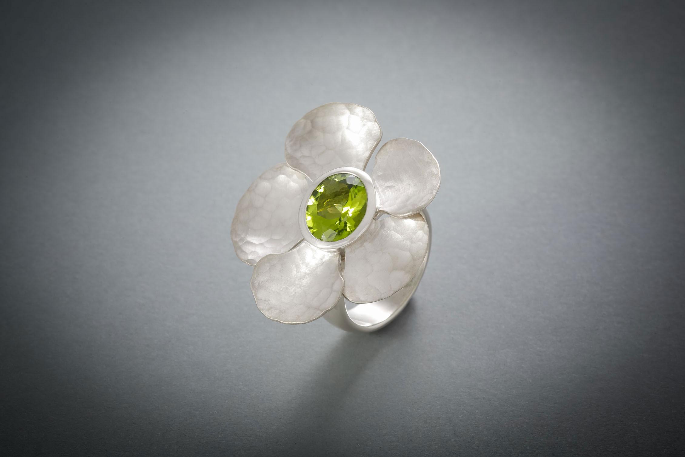 018 Orchideenblütenring, Silber, geschmiedet, Peridot ab € 668,-