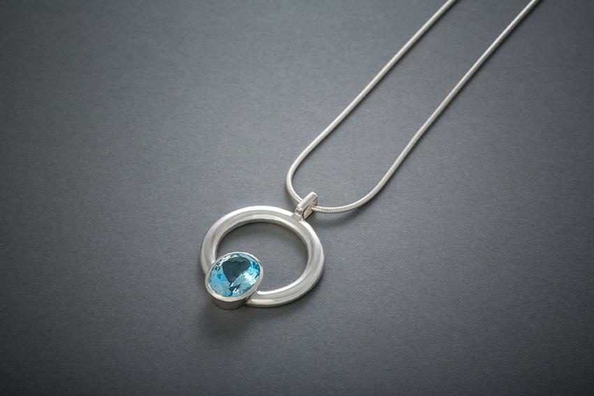 035 Silbercollier, ovaler Stein im Kreis, Topas € 273,- auch in anderen Steinfarben erhältlich