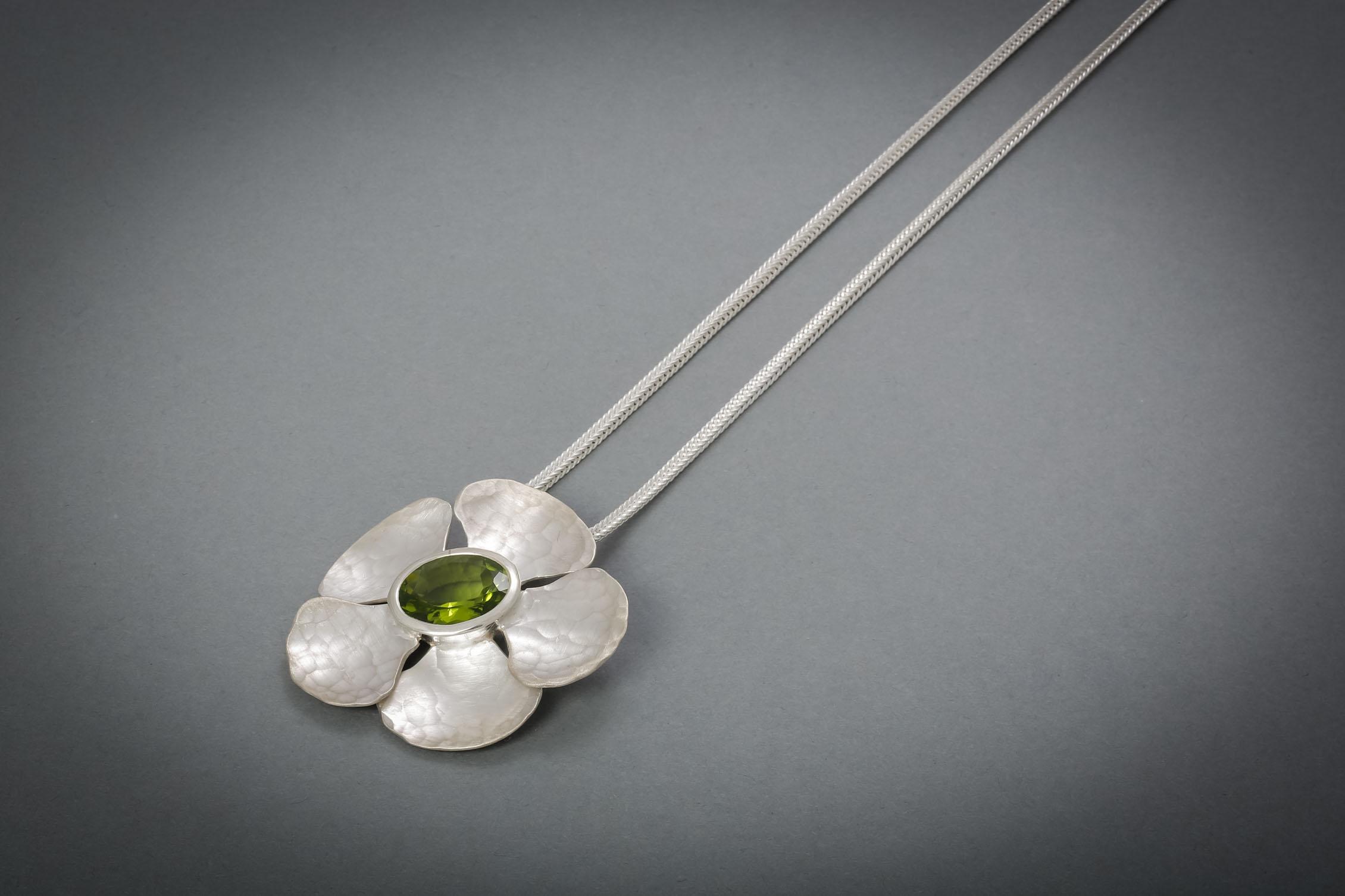 037 Silberanhänger mit Kette, Orchideenblüte, Peridot € 640,-