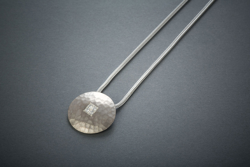 041 Silbercollier, Brillantquadrat im Kreis, geschmiedet ab € 508,-
