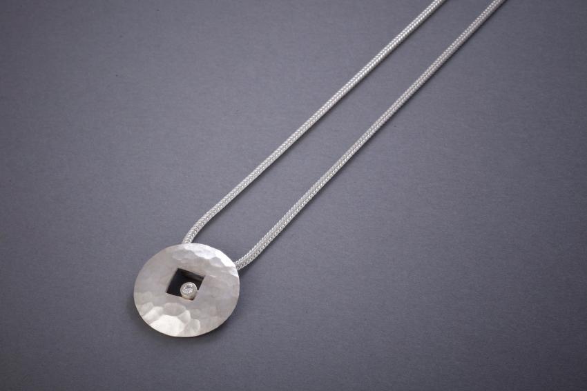 041 Silberanhänger, geschmiedet, Brillant € 278,-