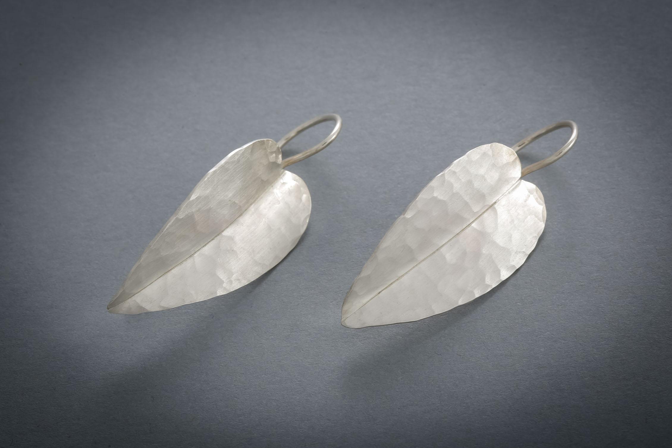 058 Silberohrringe, Blatt, geschmiedet € 176,-