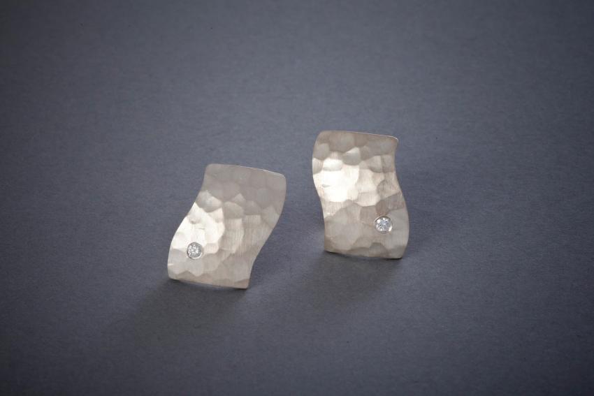 054 Silberohrringe, Welle, geschmiedet, Brillant ab € 268,-