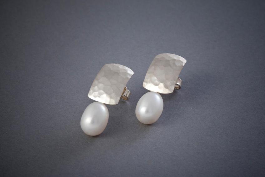 039 Silberohrringe, Perle, geschmiedet, ab € 212,-