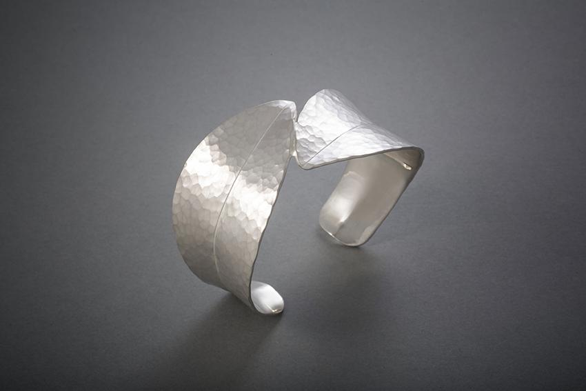 078 Blattarmreif, Silber geschmiedet € 586,-