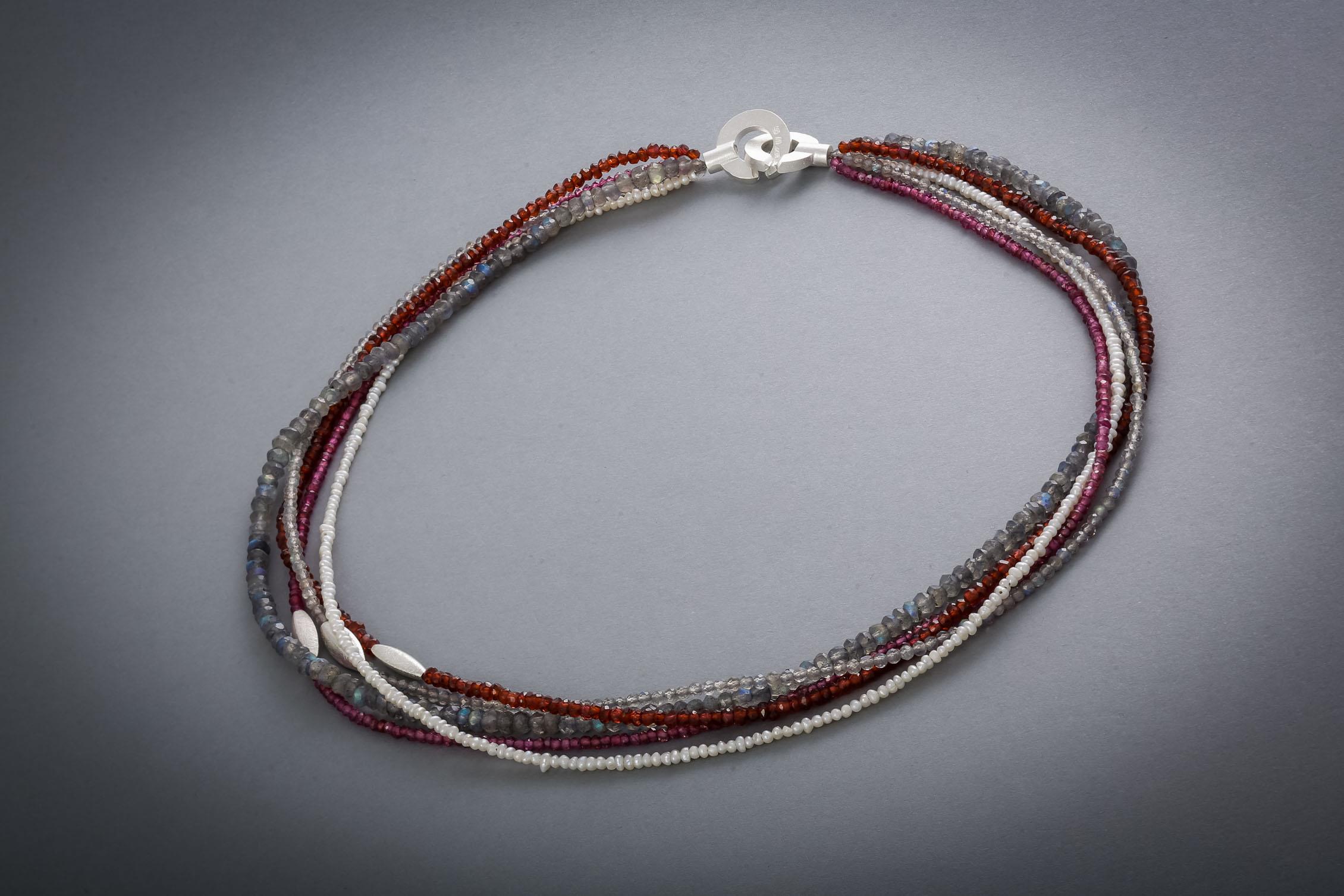 086 Edelsteinkette, Silber, Granat, Perlen, Labradorit € 278,-