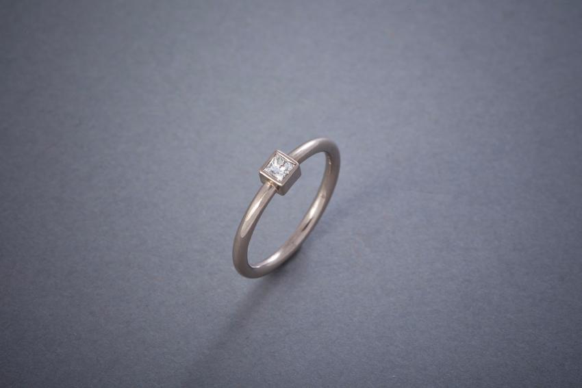 105 Weißgoldring, Diamant im Princesscut 0,20ct € 898,-