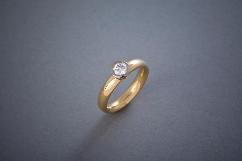 078 Gelbgoldring, Fassung Weißgold, Brillant ab € 1748,-