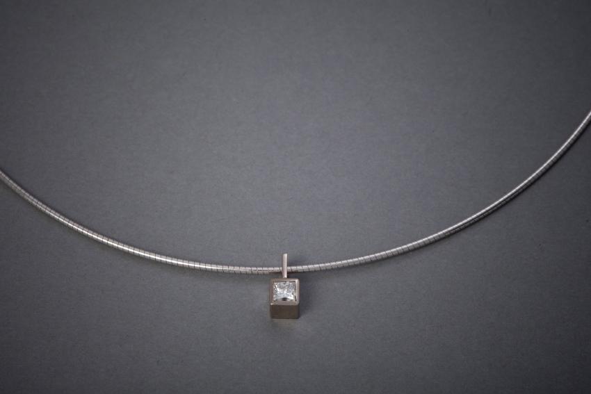 140 Weißgoldanhänger mit Kette, Diamant im Princesscut ab € 1152,-