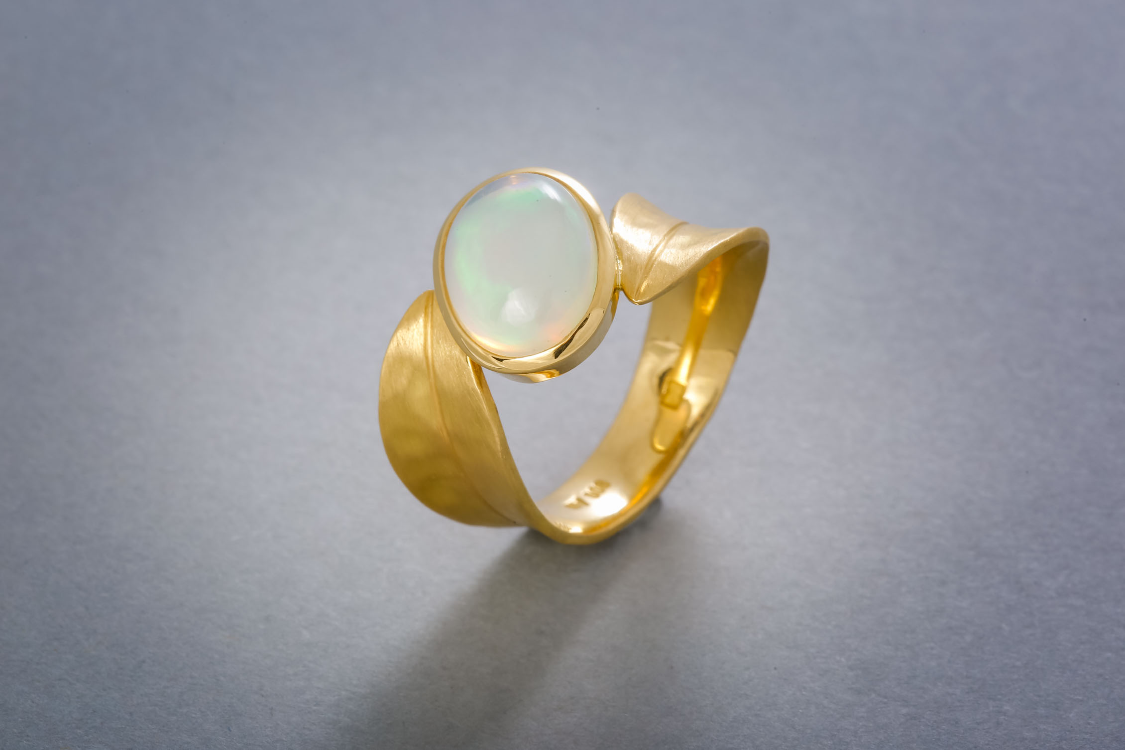 072 Goldring, 21kt, Opal ab € 1368,-