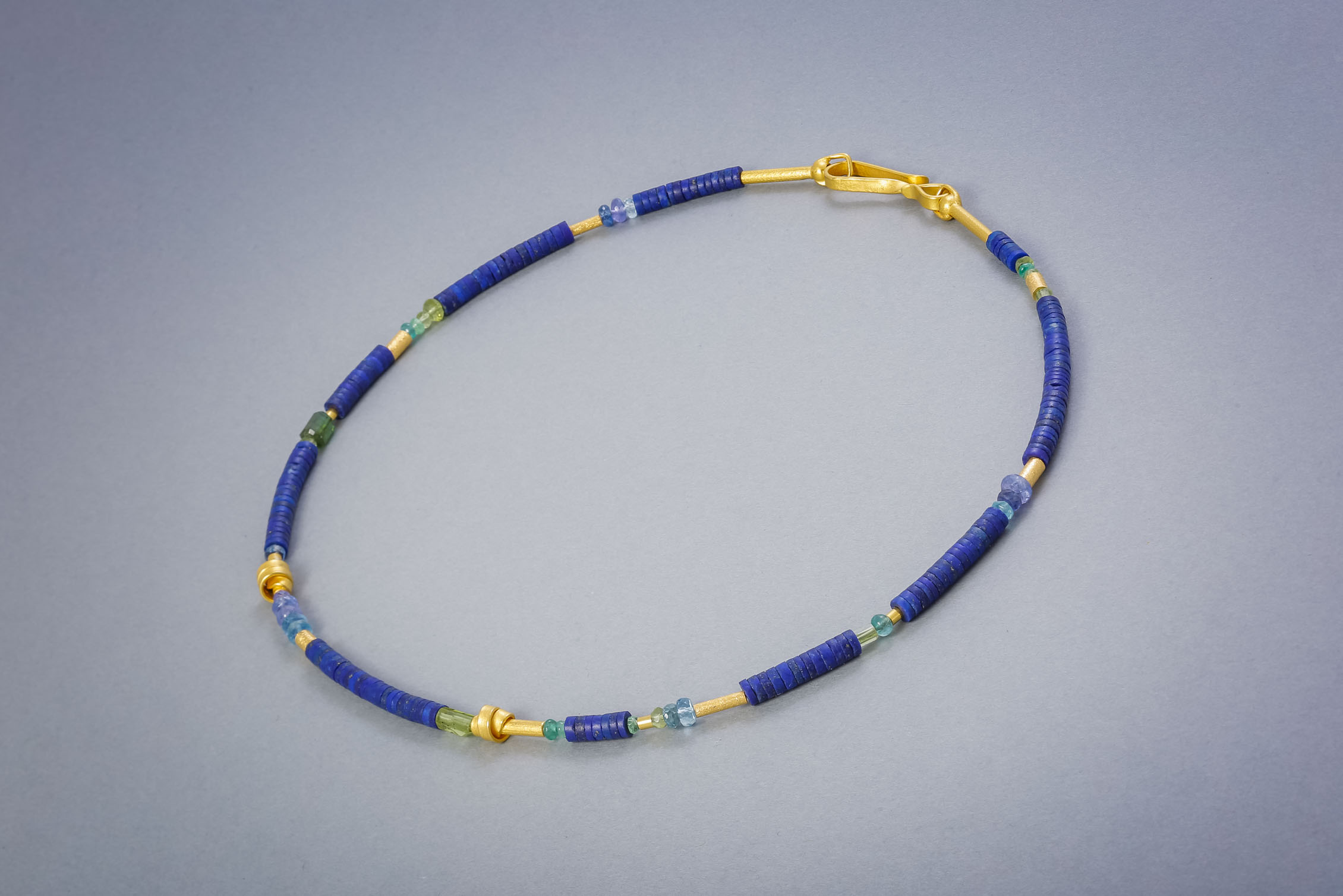 139 Edelsteinkette, Silber vergoldet, Lapis, Aquamarin, Peridot ab €258,-
